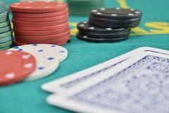 Spaanders en kaarten op een het gokken lijst Royalty-vrije Stock Afbeelding