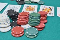 Spaanders en kaarten op een het gokken lijst Royalty-vrije Stock Foto