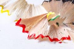 Spaanders van kleurpotloden op witte textuur als achtergrond Stock Afbeeldingen