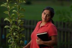 Spaans Christian Woman door Perenboom en haar Bijbel stock afbeelding