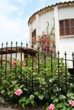 Spaans huis met bloemen royalty-vrije stock afbeeldingen