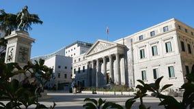Spaans huis van vertegenwoordigers en van Cervantes beeldhouwwerk stock videobeelden