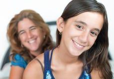 Spaans jong meisje en haar moeder het glimlachen stock foto