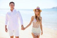 Spaans jong paar die bij het strand lopen Royalty-vrije Stock Fotografie