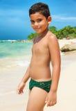 Spaans kind op een tropisch strand stock fotografie