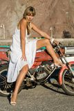 Spaans meisje met moto stock fotografie