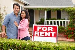 Spaans paar dat zich buiten huis voor huur bevindt Stock Foto's