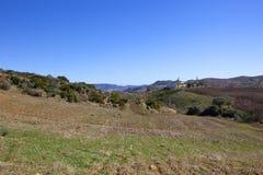 Spaanse bebouwbare landbouwbedrijven en bergen stock foto's