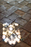 Spaanse binnenlandse steenvloer met licht Royalty-vrije Stock Foto's
