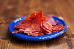 Spaanse Chorizo van keukentapas worstplakken in blauwe plaat Geweven gerookt kruidig varkensvleesvlees Close-upfoto, zachte nadru Royalty-vrije Stock Fotografie