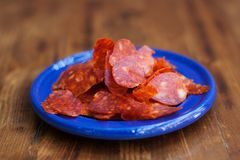 Spaanse Chorizo van keukentapas worstplakken in blauwe plaat Geweven gerookt kruidig varkensvleesvlees Close-upfoto, zachte nadru Royalty-vrije Stock Afbeelding