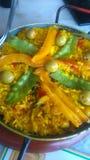 Spaanse die paella in het straatrestaurant wordt voorbereid stock foto