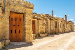 Spaanse dorpsstraat met traditionele wijnmakerijen Baltanà ¡ s, Castilla en Leon, Spanje stock foto