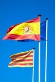 Spaanse en Europese vlaggen die in de wind golven Stock Foto's