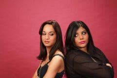 Spaanse en Indische meisjes rijtjes boos Stock Afbeeldingen