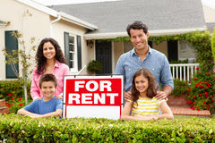 Spaanse familie buiten huis voor huur Stock Fotografie