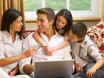 Spaanse familie die online winkelt Stock Afbeeldingen