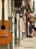 Spaanse gitaar op de muur Royalty-vrije Stock Afbeelding