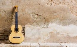 Spaanse gitaar op muur Royalty-vrije Stock Afbeeldingen