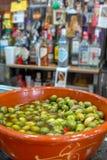 Spaanse groene olijven met olie en knoflook, Sevilla, Andalucia, Spanje stock afbeeldingen