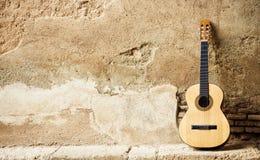 Spaanse guitarr op muur Royalty-vrije Stock Afbeeldingen