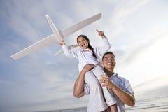 Spaanse het meisjeshoogte van de papa speelholding op schouder Royalty-vrije Stock Afbeelding