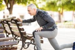 Spaanse hogere mens die in een park uitoefenen Stock Afbeeldingen