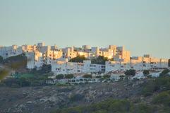 Spaanse Huizen die op de Avondzon wijzen Stock Foto's