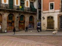 Spaanse jonge geitjes die voetbal in de werf spelen Stock Foto's