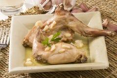 Spaanse keuken. Konijn in knoflooksaus. Royalty-vrije Stock Afbeeldingen