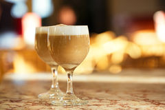 Spaanse koffie latte in lange glazen met ochtend zonnige backgrou Royalty-vrije Stock Afbeelding
