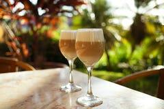 Spaanse koffie latte in lange glazen met ochtend zonnige backgrou Stock Foto's