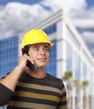 Spaanse Mannelijke Contractant op Telefoon voor de Bouw stock afbeeldingen