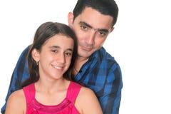 Spaanse mens die haar tienerdochter koesteren royalty-vrije stock afbeelding