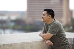Spaanse Mens die - uit van balkon kijkt royalty-vrije stock foto's