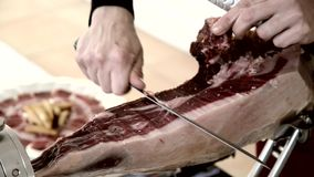 Spaanse mensen die Spaanse ham snijden stock videobeelden
