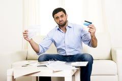 Spaanse Mexicaanse bedrijfs ongerust gemaakte mens betalend rekeningen op laag Stock Foto