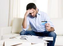 Spaanse Mexicaanse bedrijfs ongerust gemaakte mens betalend rekeningen op laag Stock Afbeelding