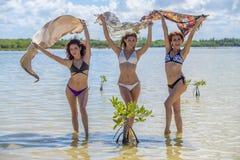 Spaanse Modellen bij het Strand stock foto