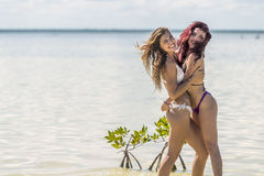 Spaanse Modellen bij het Strand stock foto's