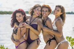 Spaanse Modellen bij het Strand royalty-vrije stock foto's