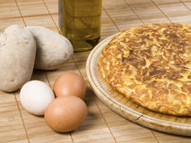 Spaanse omelet, eieren, olijfolie, aardappels. Stock Foto's