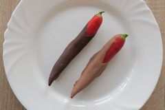 Spaanse peper in bruine chocolade op witte plaat Stock Foto