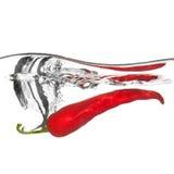 Spaanse peper die in water met plons wordt gelaten vallen Stock Foto's