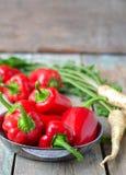 Spaanse peper en peterseliewortel op een houten achtergrond Selectieve foc Royalty-vrije Stock Foto's