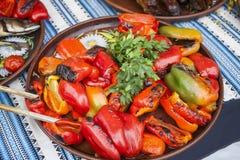 Spaanse peper op een plaat met peterselie wordt geroosterd die Royalty-vrije Stock Foto