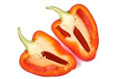 Spaanse peper in twee delen op wit wordt gesneden dat Stock Foto