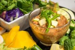 Spaanse peperdeeg met appel, verse groenten Stock Afbeelding