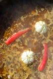 Spaanse pepers en knoflook in een ketel worden gekookt die Royalty-vrije Stock Afbeeldingen