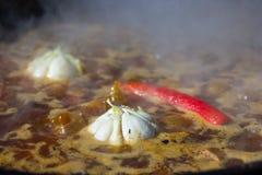 Spaanse pepers en knoflook in een ketel worden gekookt die Royalty-vrije Stock Foto